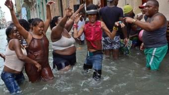Cubanos forman fiesta en plena inundación tras huracán