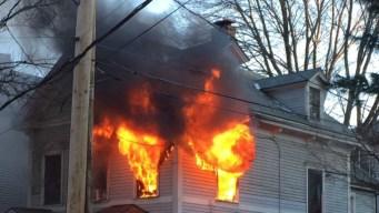 Bomberos batallan incendio en Jamaica Plain