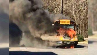 Captado en video: se incendia autobús escolar