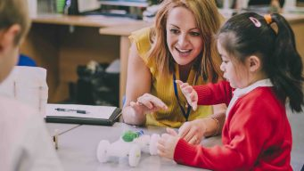 Avanza aumento salarial a maestros de Texas
