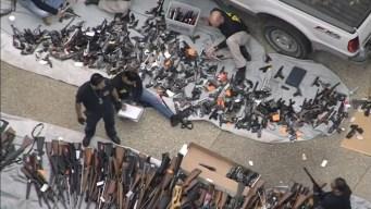 Hallan arsenal de armas en lujoso barrio de Los Ángeles