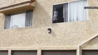 Rescatan a niña que trataba de saltar por una ventana