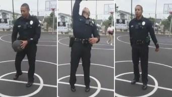 Viral y asombroso: oficial de policía encesta de espaldas en partido con varios niños