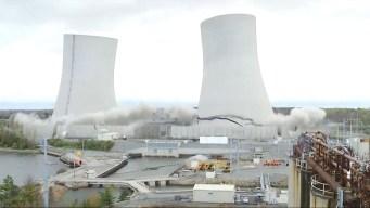 En segundos: demuelen gigantescas torres de vieja planta de energía