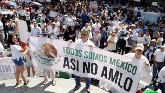 Miles de mexicanos marchan contra López Obrador