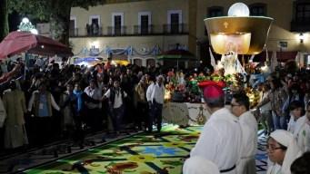 Con alfombras monumentales, honran a la Virgen de la Caridad