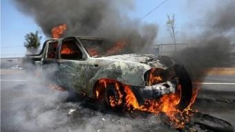 Con autos incendiados bloquean caminos