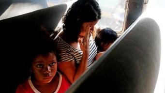 Agentes migratorios detienen 2 autobuses de la caravana