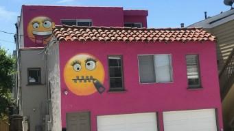 Emojis gigantes en una casa agitan comunidad de California