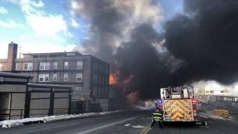 Fuego masivo en Quincy consume 3 edificios
