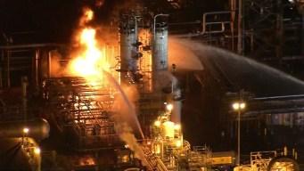 Peligroso incendio en refinería de Carson