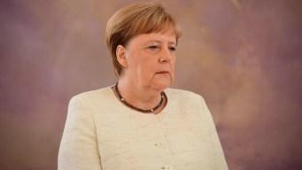 Canciller alemana vuelve a sufrir temblor durante acto