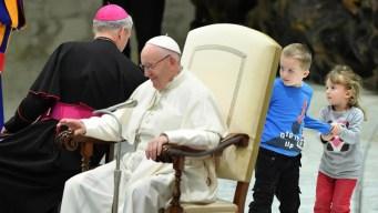 """Niños """"indisciplinados"""" le roban la atención al papa"""
