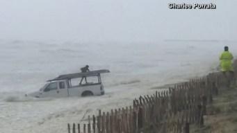 En video: lucha contra el mar picado por Dorian para rescatar su camioneta