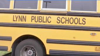 Acusan a hombre de atacar a niños en parada de bus