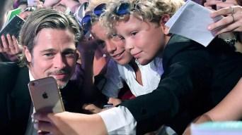 Brad Pitt provoca furor en la alfombra roja de Venecia