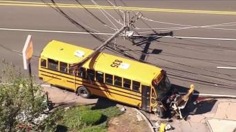 Bus escolar se estrella con poste de luz en Quincy