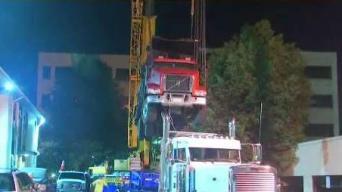 Remueven camión que estaba atrapado en garaje en Quincy