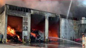 Incendio masivo consume planta de reciclaje