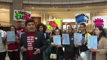 Jóvenes protestan por derechos de inmigrantes