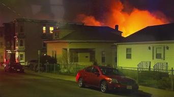 Miles de evacuados tras gigantezco fuego en East Boston