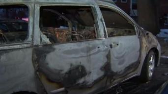 Policía busca a responsable de incendiar 3 autos