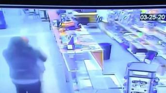 Buscan a hombre que intentó robar tienda a punta de pistola