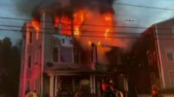 Voraz incendio devora casa de tres pisos en Connecticut