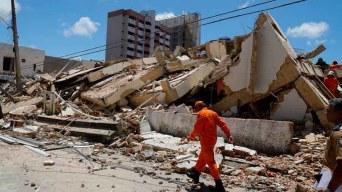 Buscan a nueve desaparecidos tras derrumbe en Brasil