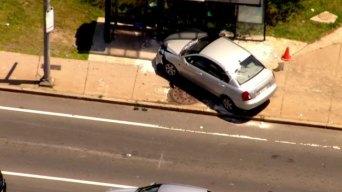 Dos heridos tras auto chocar con parada de autobus en Lynn