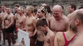 """Los Reyes Magos se """"zambullen"""" en frías aguas para celebrar su día"""