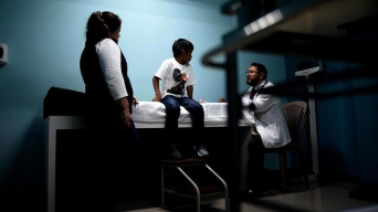 Dictan que niños migrantes deben recibir comida y jabón