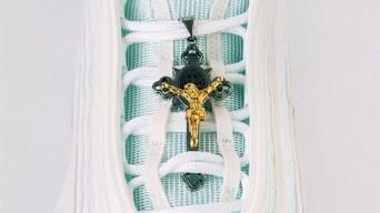 """""""Zapatillas de Jesús"""": con agua bendita en las suelas"""