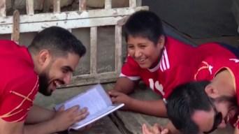 Viral: le ofrece casa a niño que estudiaba en la calle