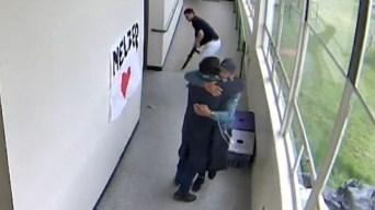 Video viral: entrenador desarma a estudiante con abrazo