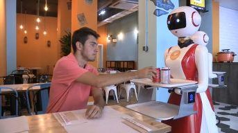 """""""Que te aproveche, cariño"""": llegan las robots camareras"""