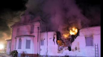 Voraz incendio consume casa en Long Island