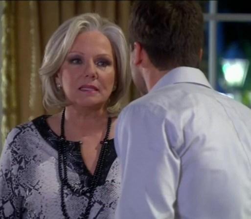 Arturo discute con su madre después de lo sucedido en casa de Mara.