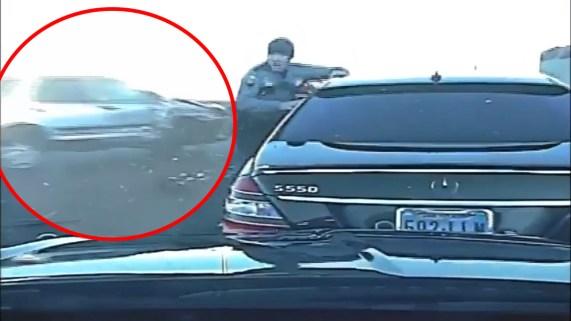 Oficial se salva de brutal impacto durante una parada de tráfico