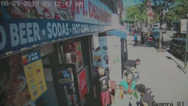 [TLMD - NY] Apuñalan a un hombre cerca de una bodega en El Bronx