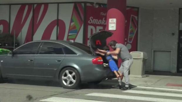 Arrestan a padre por meter a su hijo en la cajuela de auto