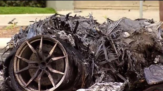 [TLMD - SD] Auto de lujo quedó en pedazos tras accidente