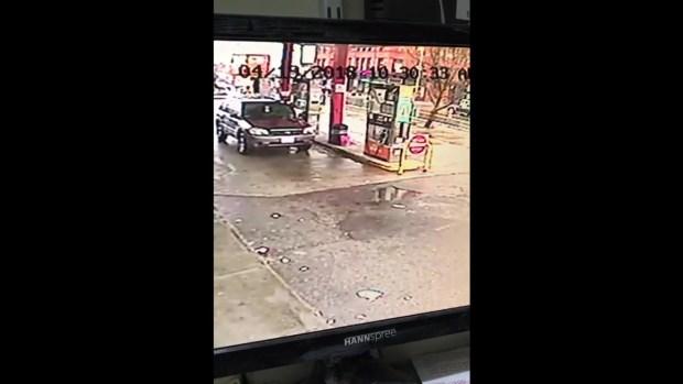 Impactante video: Auto impacta gasolinera y aterriza en capó de otro auto