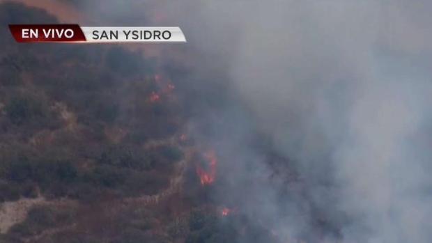 [TLMD - SD] Bomberos combaten las llamas de incendio en San Ysidro
