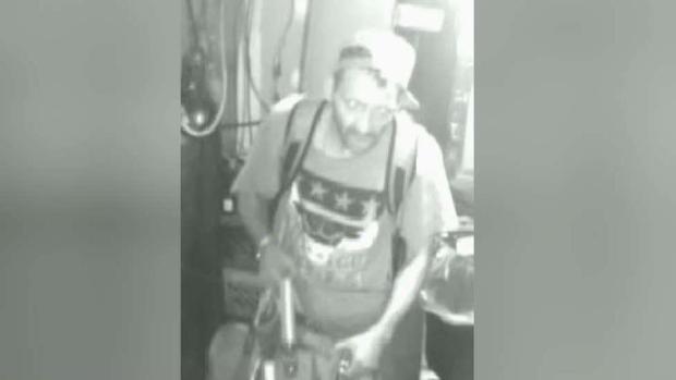 Buscan a hombre por robo de negocios en NY