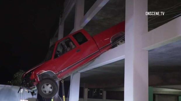 [TLMD - SD] Camioneta queda colgando de un estacionamiento
