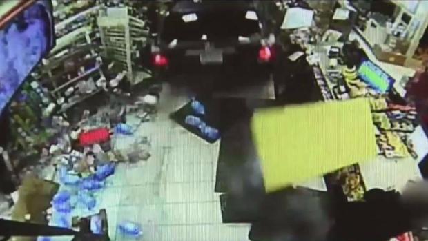 [TLMD - Boston] Captan en video cuando se estrella en 7-Eleven