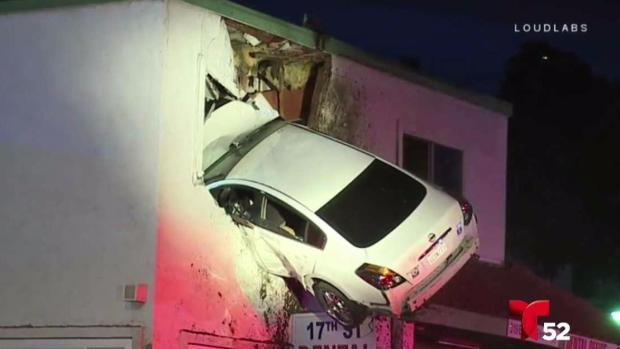 [TLMD - LA] Carro voló y se estrelló contra un edificio
