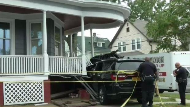 Conductor recibe disparos y se estrella en casa de Providence