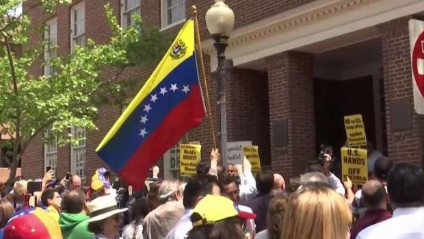 [DC] Decenas de venezolanos protestan frente a embajada